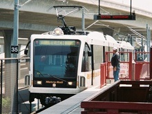 В Лос-Анджелесе автобус столкнулся с метро