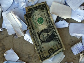 Доллар падает на межбанке третий день подряд