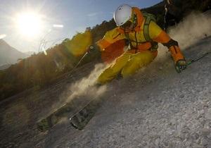 Фотогалерея: Нашла лыжа на камень. Австрийские лыжники спустились по крутому склону без снега