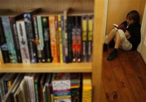 Из киевской школы уволили библиотекаря с судимостью за оборот наркотиков