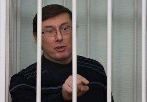 Луценко грозит отказаться от лекарств, если к нему не будут пускать жену