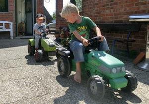 Новости Германии - странные новости: В Германии полиция пять часов искала детей, уехавших из дома на игрушечных тракторах