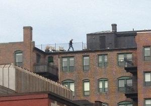 В интернете активно обсуждают фото следившего с крыши за взрывами в Бостоне