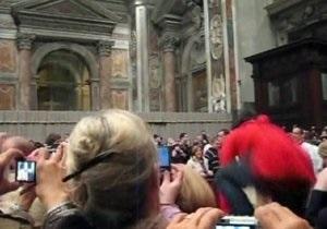 Напавшую на Папу Римского паломницу отправили в больницу