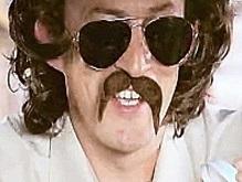 Давая интервью, британский разведчик был рассекречен из-за отклеившихся усов