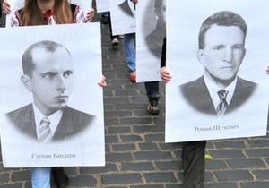 Украинцев призвали принести в каждый дом портреты Бандеры и Шухевича