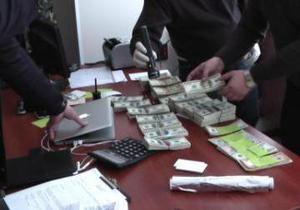 В одном из ведомств Киевской области изъято взяток на миллион гривен и почти 300 тысяч долларов