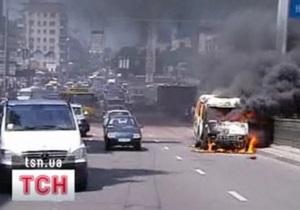 В центре Киева сгорел микроавтобус