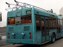 В Черновцах троллейбус с водителем на крыше едва не врезался в танк