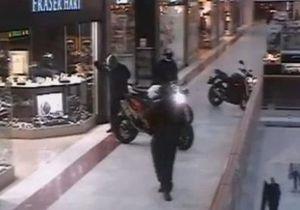 В Лондоне налетчики на мотоциклах совершили дерзкое ограбление ювелирного магазина