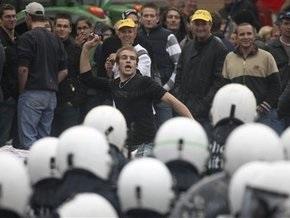 В Брюсселе фермеры забросали полицию сеном и яйцами