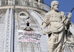 Протестующий против европейского закона итальянец провел ночь на куполе собора Святого Петра