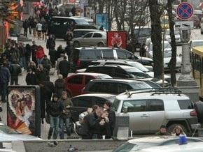 В Киеве отменили запрет парковки на тротуарах Крещатика