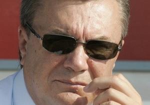 СМИ: Янукович в отпуске рыбачил и плавал в 25-метровом бассейне с системой Ниагара