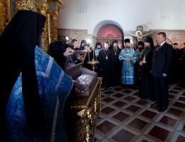 Янукович помолился перед плащаницей Пресвятой Богородицы в Лавре