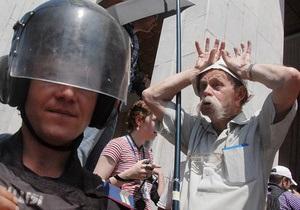 Попытка протестующих под Украинским домом установить биотуалет переросла в потасовку с Беркутом