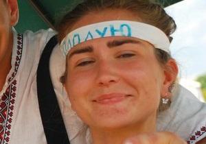 Голодающую активистку под Украинским домом увезла скорая