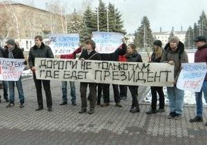 Молодежь показала Януковичу  красную карточку  в его родном Енакиеве