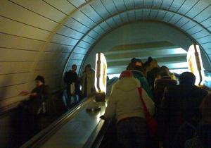 Новости Киева - упала в метро  -В Киеве на станции метро Золотые ворота женщина упала с эскалатора