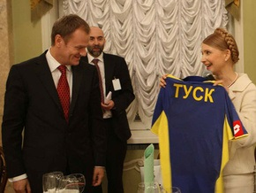 Тимошенко тренируется перед футбольным матчем против правительства Туска