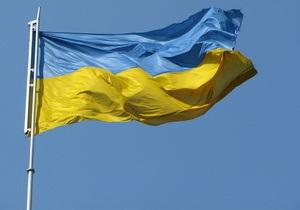 В центре Сум неизвестные приспустили Государственный флаг Украины