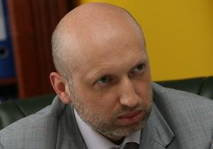 Тимошенко подарила Турчинову План действий в экстремальных условиях