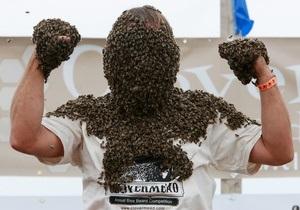 Фотогалерея: Человек-пасека. Конкурс по приманиванию пчел собственным телом