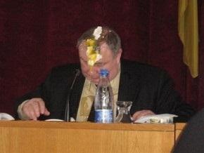 Разбитые на голове мэра Симферополя яйца обойдутся депутату в 119 гривен штрафа