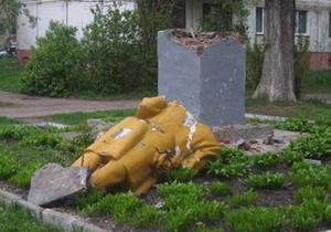 В Чернигове упал памятник Ленину. Милиция обещает разобраться
