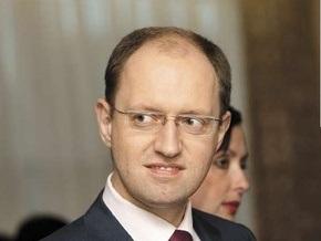 Яценюк помог заробитчанам, которых случайно увидел в аэропорту