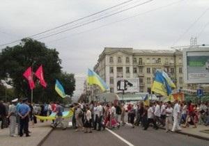 В Донецке вопреки решению суда проходит митинг. К памятнику Ленину возложили венок из проволоки