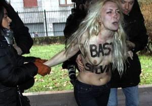 Новости Италии - Бывший премьер-министр Италии Сильвио - выборы в Италии -Задержаны молодые итальянки, топлес встретившие Берлускони у избирательного участка