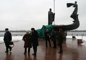Столичные власти решили не делать бронзовую копию памятника основателям Киева