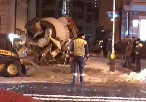 В центре Киева бетономешалка провалилась под землю
