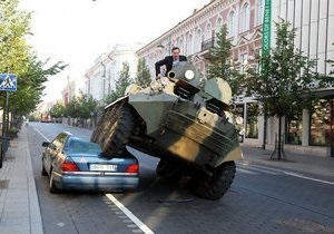 Мэр Вильнюса на БТР раздавил неправильно припаркованный Mercedes