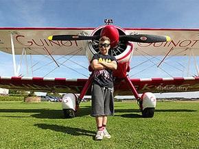 Восьмилетний британец поставит рекорд на крыле самолета в полете