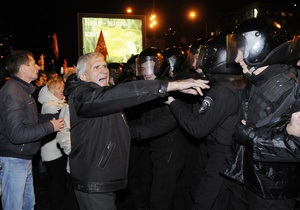 Сторонники оппозиции остаются возле ЦИК на ночное дежурство