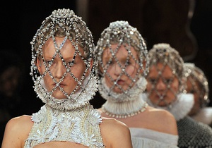 Фотогалерея: Paris Fashion Week. Показы Valentino и Alexander McQueen