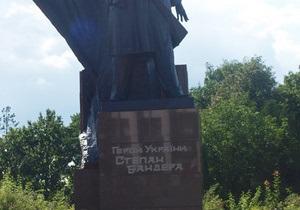 В Тернополе на памятнике Бандере добавили надпись Герой Украины