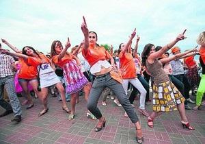 Танцевальный рекорд Украины: на Оболони 1300 человек станцевали свинг