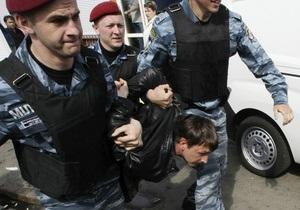 Фотогалерея: С товаром на выход. Демонтаж киосков на киевском рынке привел к массовой драке предпринимателей с милицией