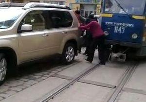 Во Львове припаркованный автомобиль заблокировал движение трамваев