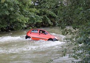 В Австрии обучавшаяся вождению девушка въехала в реку. Потоком воды машину унесло на 150 м