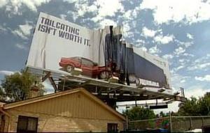 В США патрульная служба установила смятый билборд