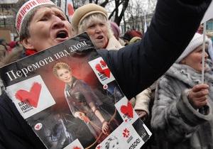 Под Украинским домом собралось около 500 сторонников оппозиции
