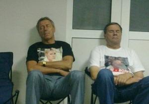 Депутаты от БЮТ провели всю ночь в больнице под палатой Тимошенко