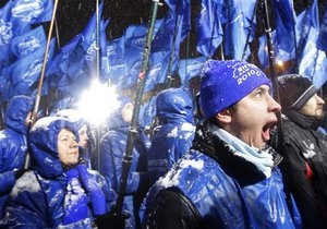 Люди под офисом Партии регионов в Киеве требуют деньги за участие в митингах