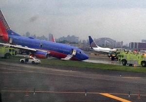 В нью-йоркском аэропорту у самолета во время посадки отказали передние шасси