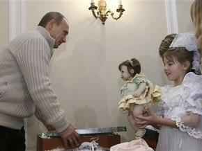 Путин поцеловал девочку из Бурятии и подарил ей платье