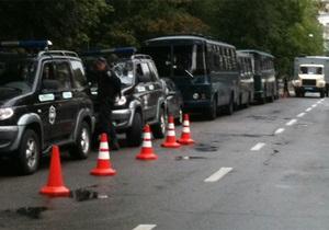 УП: Под Высшим спецсудом собрались милиционеры и автозаки